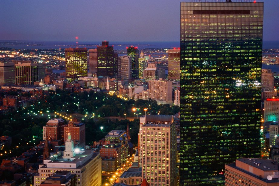 Vue panoramique du centre-ville Boston au crépuscule.... (Photo Photos.com)