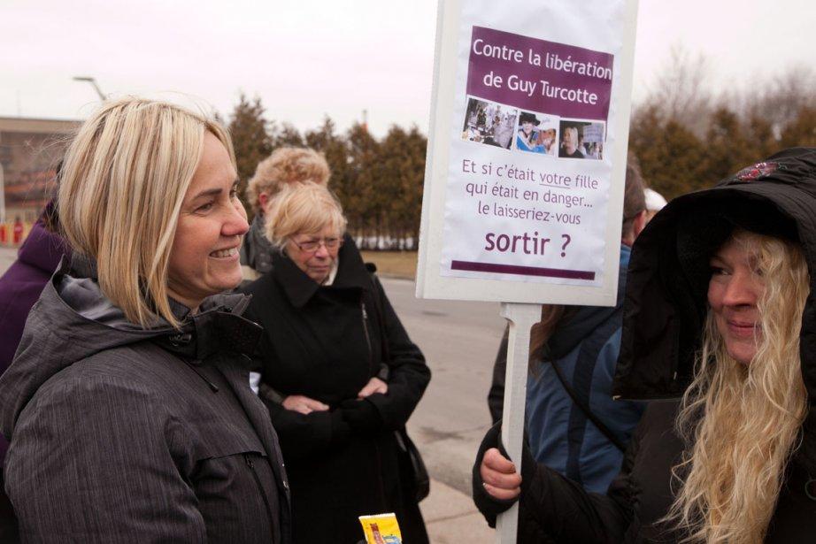 Un groupe de manifestants est venu appuyer Isabelle... (Photo: Hugo-Sébastien Aubert, La Presse)