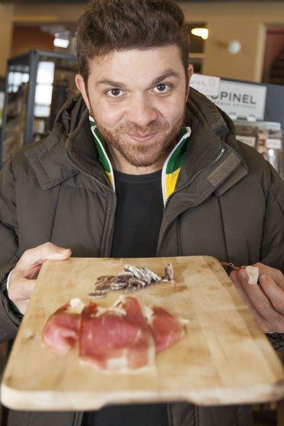 Guga Rocha, 35 ans, est un peu le Danny St-Pierre brésilien, à la différence qu'il n'a pas de restaurant à lui et qu'il le dépasse d'un pouce ou deux! Le chef de São Paulo préfère rester libre pour voyager, s'éclater, fouiller, écrire, chanter. Il a son émission de cuisine, Homens Gourmet. Il travaille comme chef privé et comme consultant auprès de restaurateurs. | 16 mars 2012