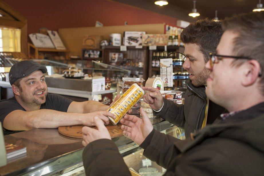 Après avoir goûté à plusieurs fromages québécois, dont la tomme du maréchal et les chèvres de la Fromagerie du Vieux St-François, Guga et Danny repartent avec une bûche de Tournevent, chèvre nature acheté à la Fromagerie des Nations, qu'ils serviront en fin de repas. | 16 mars 2012