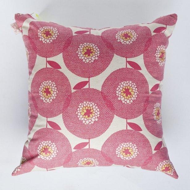 Coussin rose Skinny Laminx, 58$. Biuk & Nola, 1593 avenue Laurier Est. | 16 mars 2012