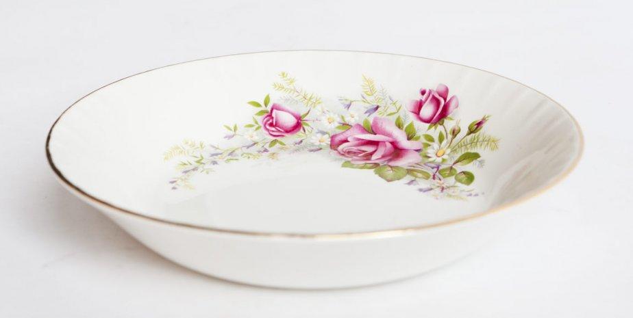 Assiette en porcelaine, 0.59 cents. Renaissance, 3200, rue Masson. | 16 mars 2012