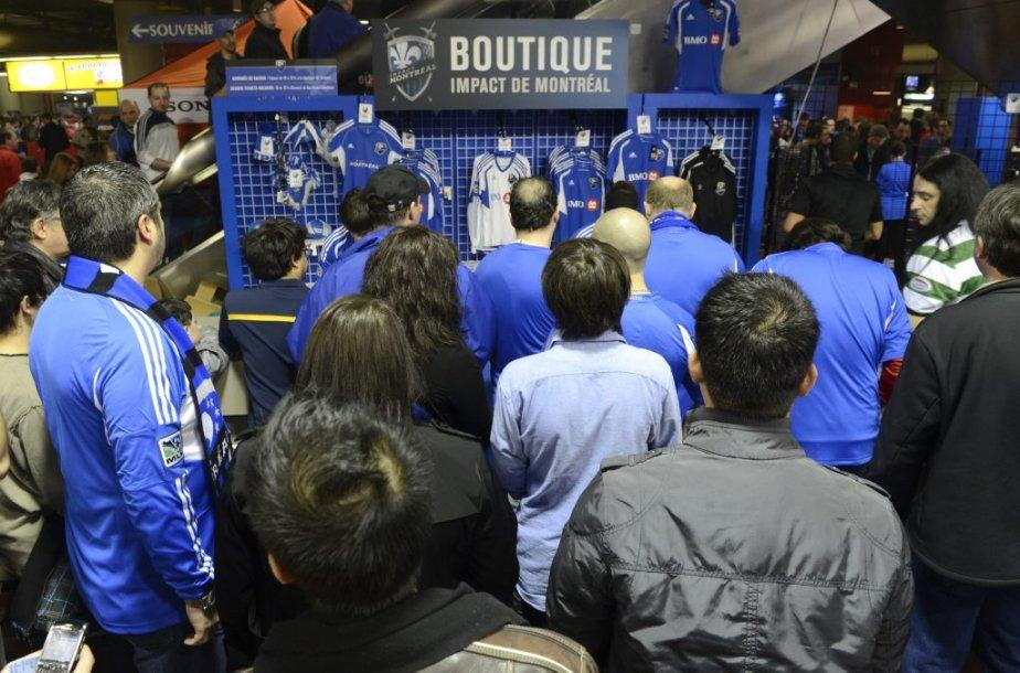 Dans le ventre du Stade, les boutiques sont bondées. Ceux qui avaient jusque-là résisté se laissent gagner. | 17 mars 2012