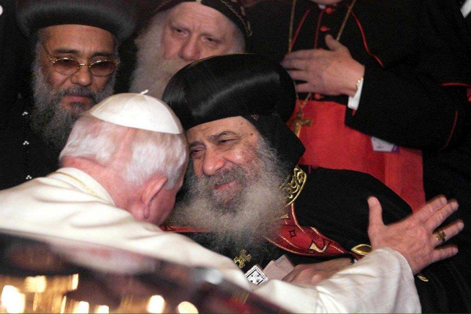Le pape Jean-Paul II et le patriarche Chénouda... (Photo archives AFP)