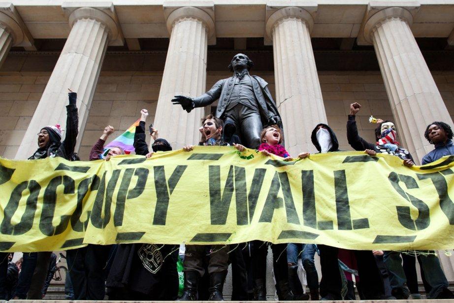 Certains protestataires ont réservé des applaudissements à un... (Photo : John Minchillo, AP)