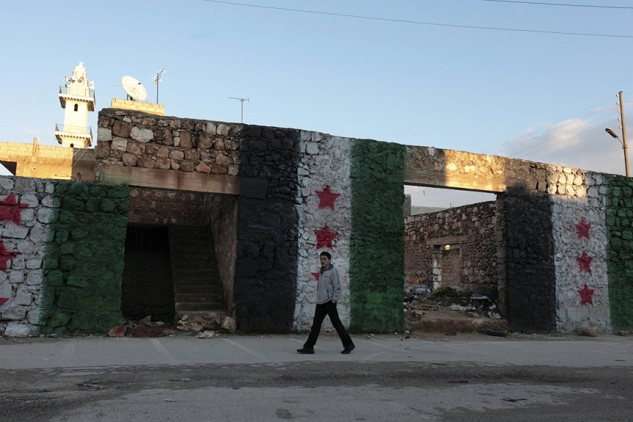Un homme marche devant un mur aux couleurs... (Photo: Reuters)