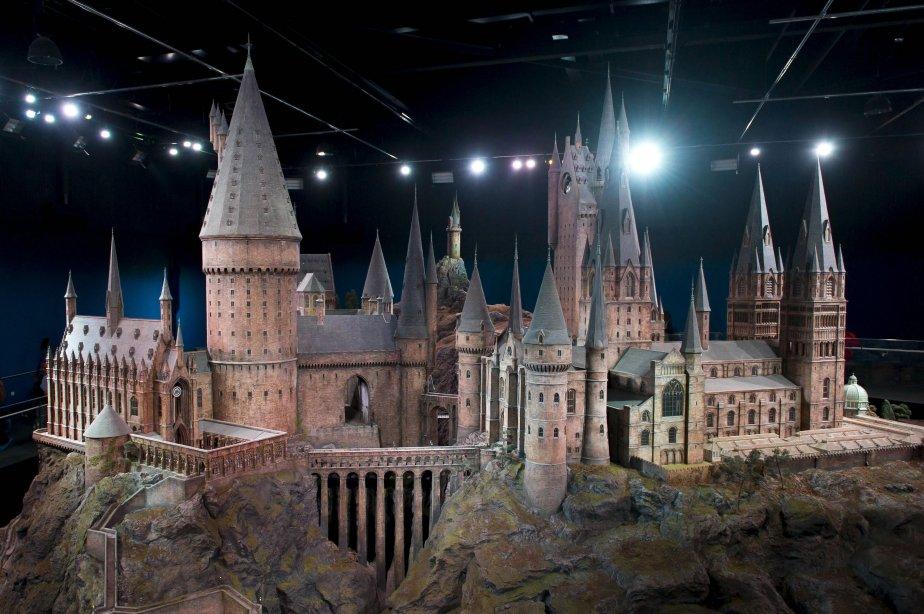 Une maquette 1/24 du Château de Poudlard offre une vue à 360° du bâtiment. Plus de 2500 lumières à fibres optiques simulent des torches présentes dans les couloirs. «C'était un endroit tellement magique pour grandir», raconte Daniel Radcliffe. «Les gens vont être sidérés de voir les plateaux incroyables où on a travaillé toutes ces années.» | 19 mars 2012