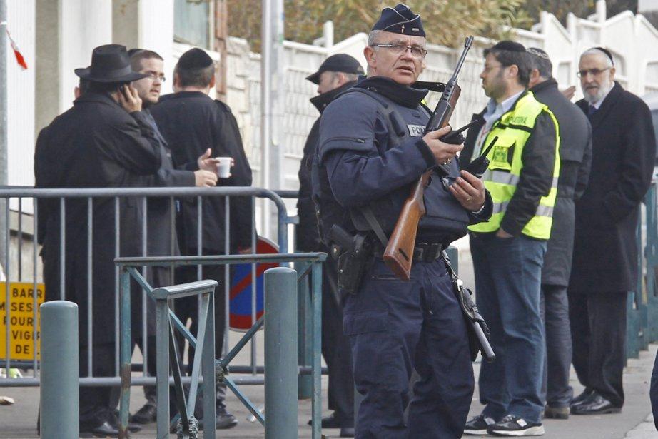 Un policier français monte la garde devant l'entrée... (Photo: Rémy de la Mauvinière, AP)