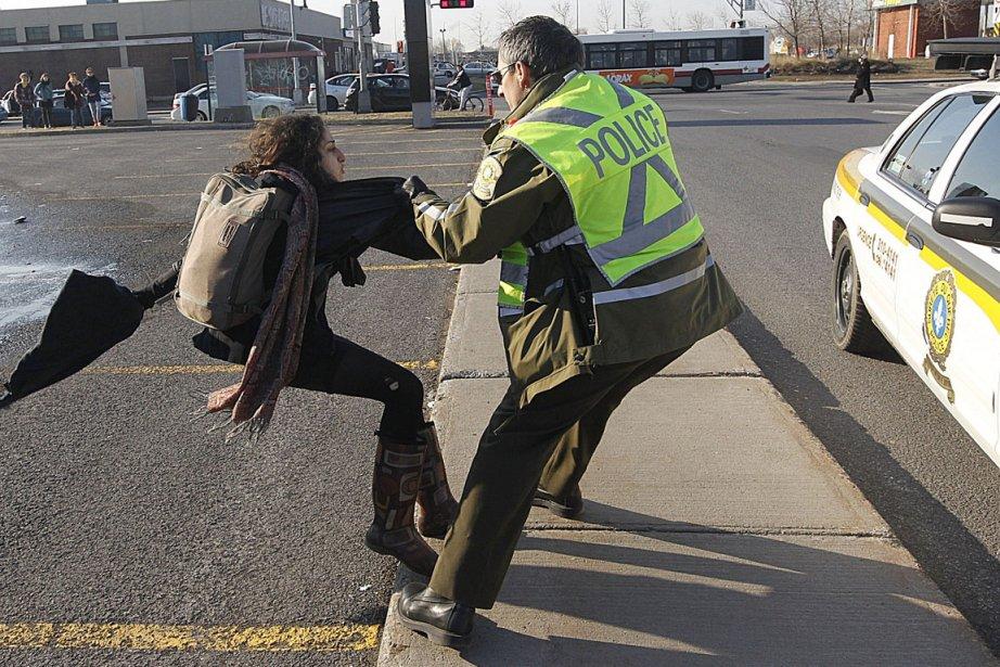 Cette photo montre l'arrestation de Yalda Machouf-Khadir après... (Photo: Patrick Sanfaçon, La Presse)