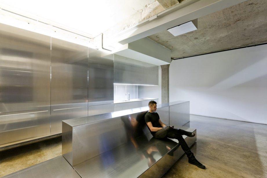 Multifonctionnel et d'allure sculpturale, le meuble principal a... (Photo: Frédéric Bouchard pour INPHO)