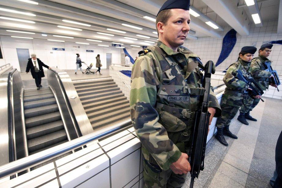 Des soldats surveillent l'accès d'une station de métro... (Photo: Pascal Pavani, AFP)