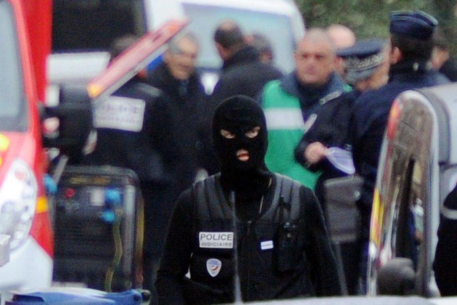 Un policier français (cagoulé) est photographié à proximité... (Photo: Pascal Guyot, AFP)