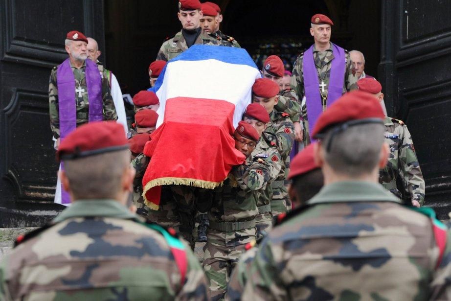 Des militaires transportent le cercueil d'Abel Chennouf, militaire... (Photo: Pascal Pavani, AFP)