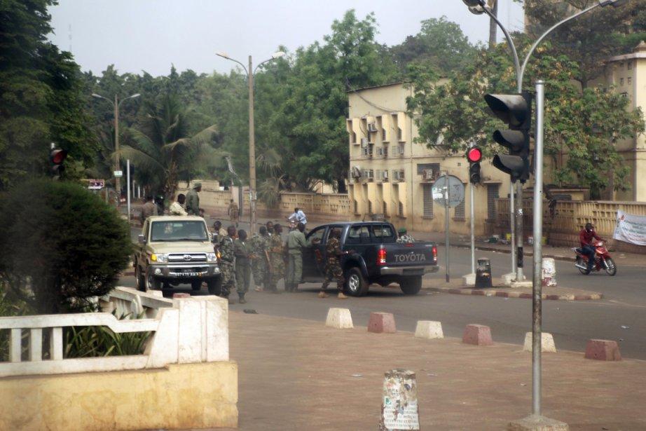 Des soldats maliens sont rassemblés dans une rue... (Photo: Habibou Kouyate, AFP)
