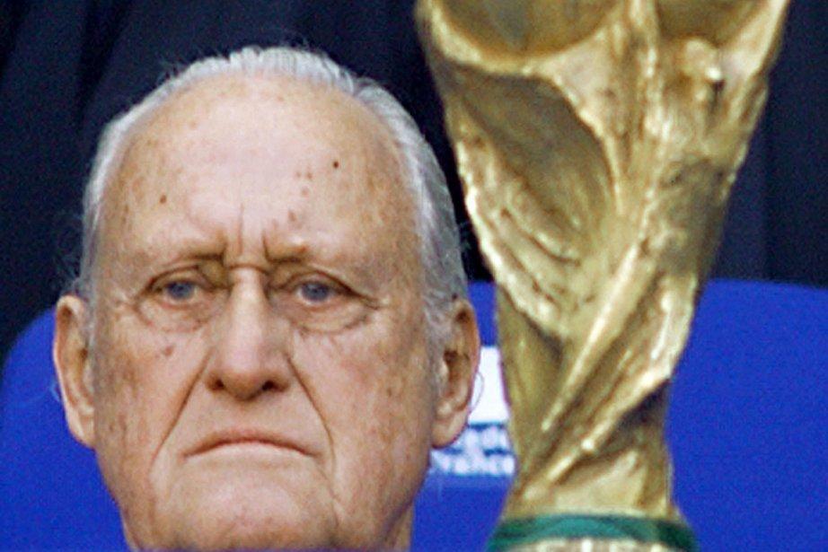 L'ex-patron de la Fédération internationale de football, entre... (Photo : Gabriel Bouys, AFP)