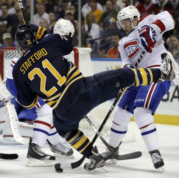 Drew Stafford perd l'équilibre durant sa confrontation avec Aaron Palushaj. | 21 mars 2012