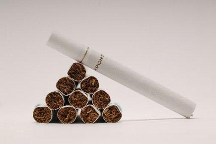 Les paquets de cigarettes et de petits cigares portant des... (Photo: La Presse)