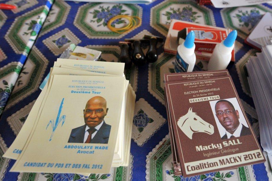 Des bulletins de vote aux couleurs des deux... (Photo: Seyllou, AFP)