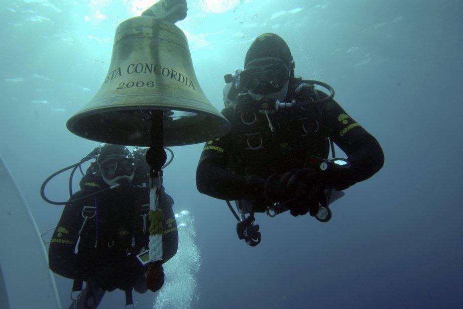 Des plongeurs de la gendarmerie italienne le 19... (Photo Reuters)