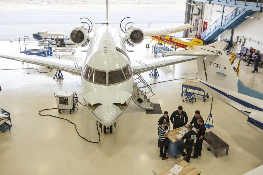 Des étudiants de l'École nationale d'aérotechnique s'affairent autour... (Photo Olivier Pontbriand, La Presse)