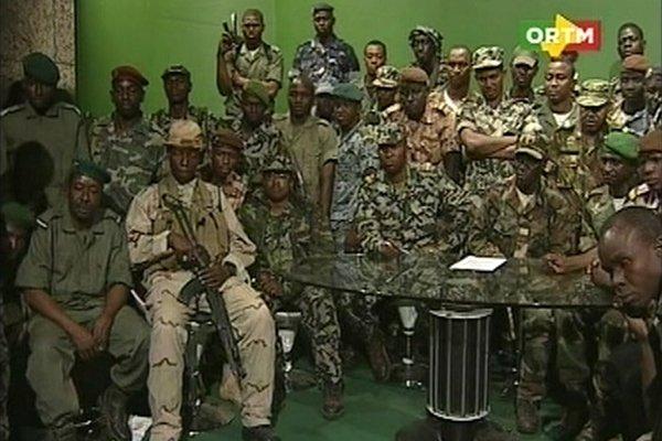 Devant les caméras, une dizaine de jeunes officiers... (Image: Reuters/Télévision malienne)