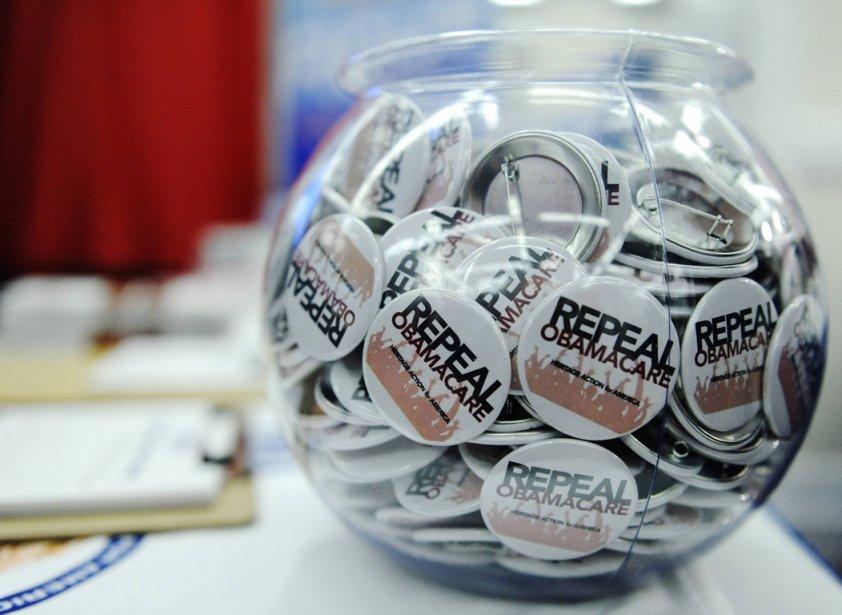 Des macarons appelant à abroger la réforme de... (Photo: Jonathan Ernst, Reuters)