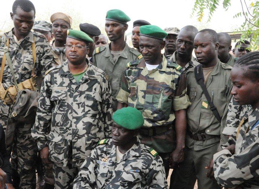 Le capitaine Amadou Sanogo (assis au centre), chef... (Photo: Habibou Kouyate, AFP)