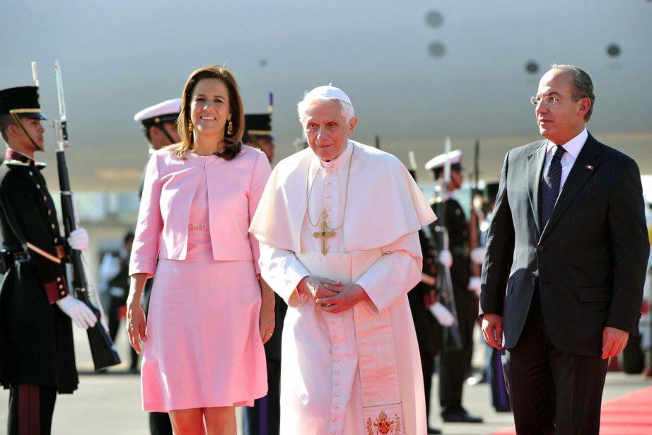 Le pape Benoît XVI est accueilli par le... (Photo AFP)