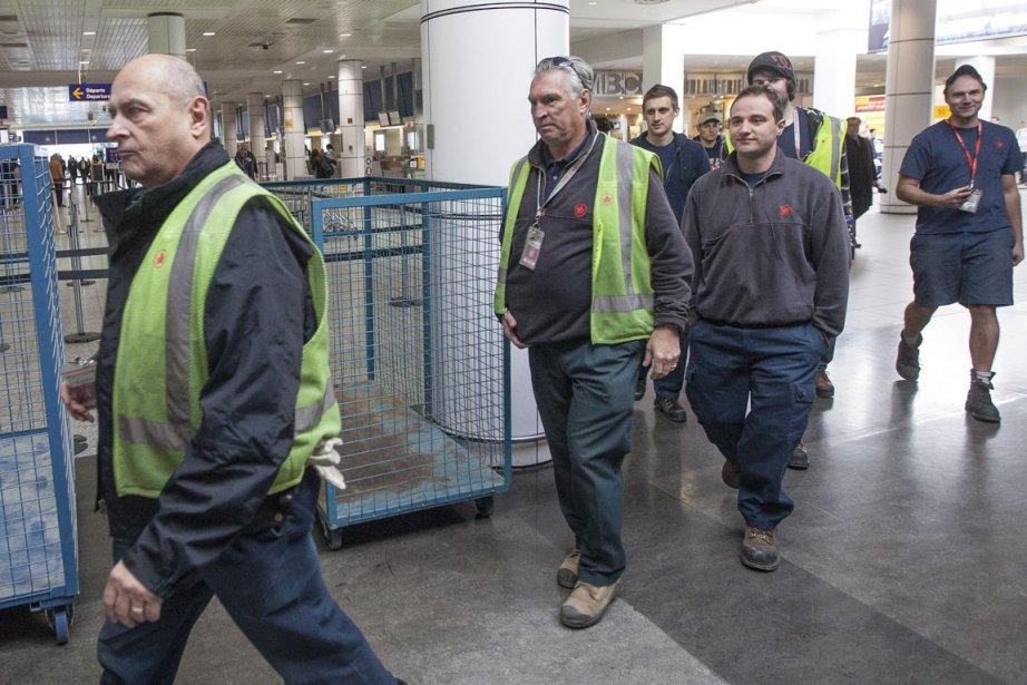 Les bagagiste d'Air Canada retournent au travail.... (Photo Édouard Plante-Fréchette, La Presse)
