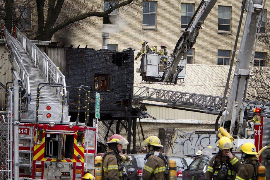 L'incendie s'est déclaré vers 7h au coin des... (Photo: Marco Campanozzi, La Presse)