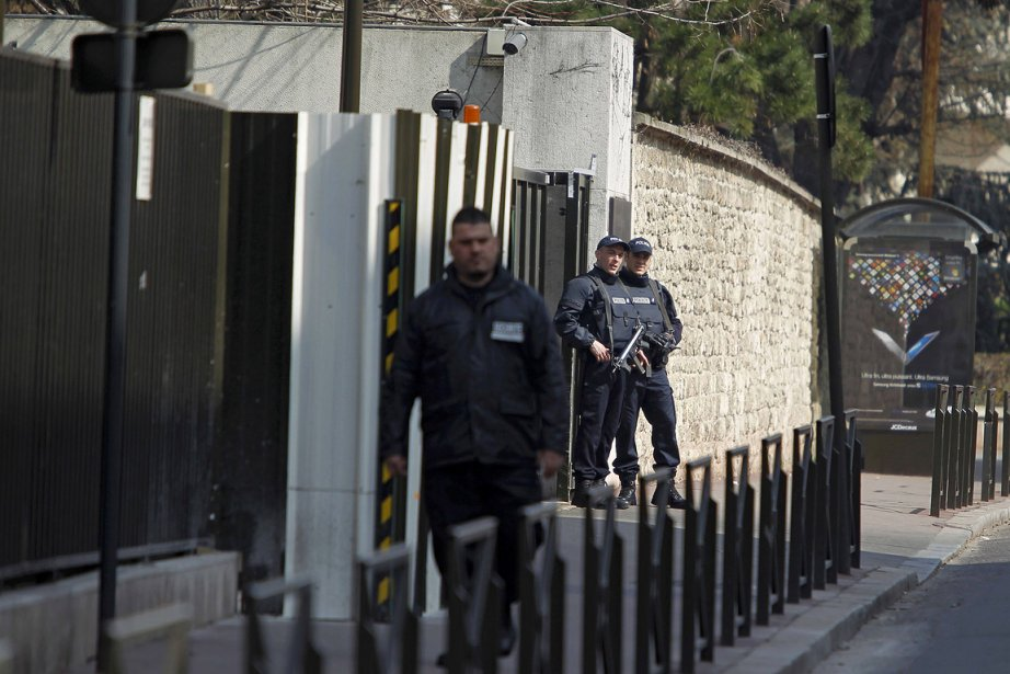 Des policiers gardent l'entrée d'un édifice où serait... (Photo: Reuters)