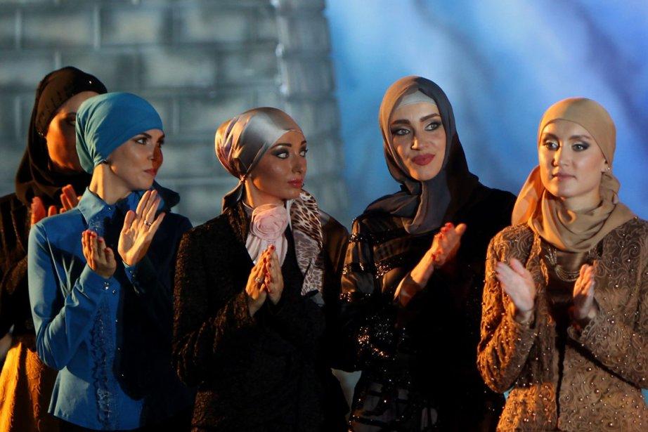 Plus de vingt mannequins tchétchènes, voilées, ont défilé... (Photo AFP)