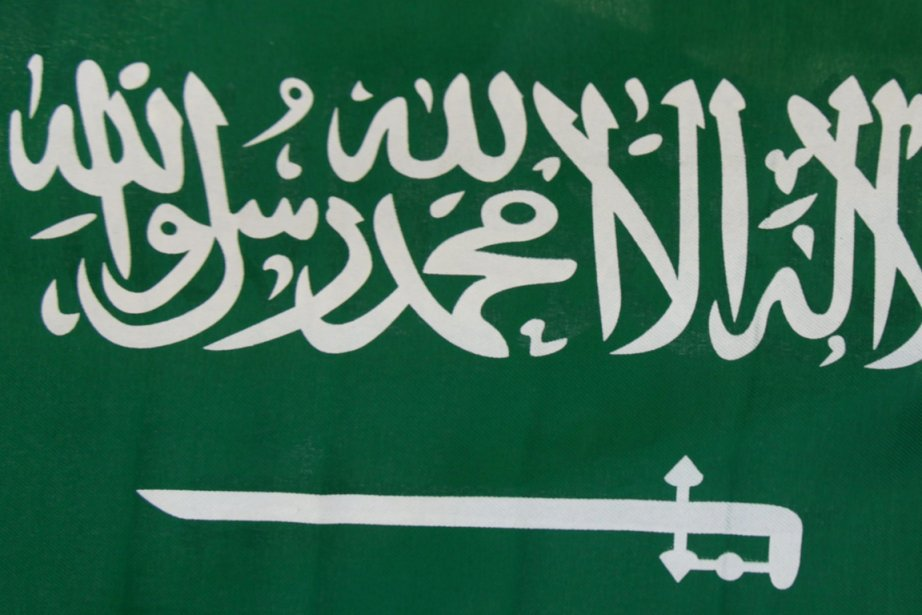 Le drapeau de l'Arabie saoudite, un royaume ultra-conservateur... (Photo Associated Press)