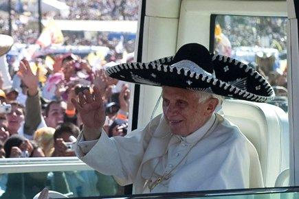 Le pape portait un chapeau mexicain traditionnel à... (Photo: AFP)