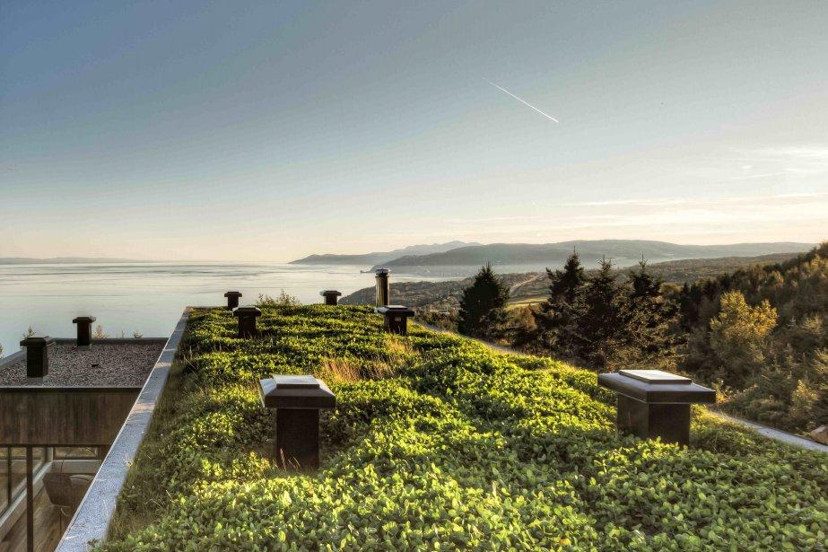 La résidence Malbaie V dite «Le Phare» est bardée de cèdre rouge et de bois de grange teint, elle semble faire irruption de la terre avec en prime un toit végétal. | 26 mars 2012
