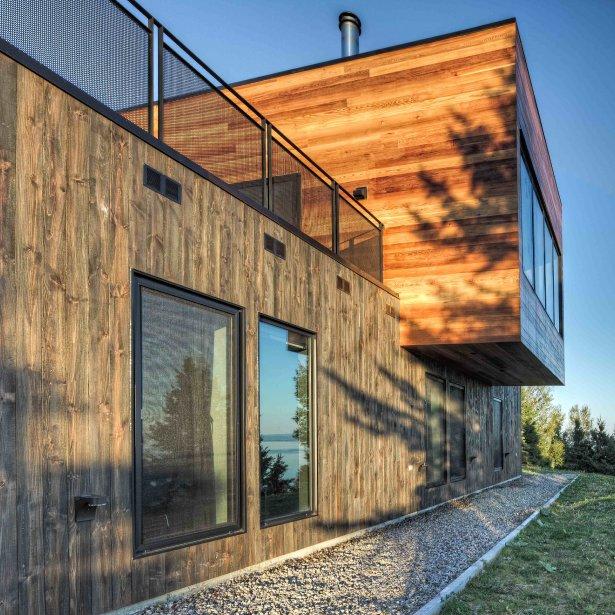 La maison dite «Le Phare» s?intègre parfaitement à son environnement de par le choix des matériaux qui la composent, sa forme cubique et sont toit végétal. | 26 mars 2012