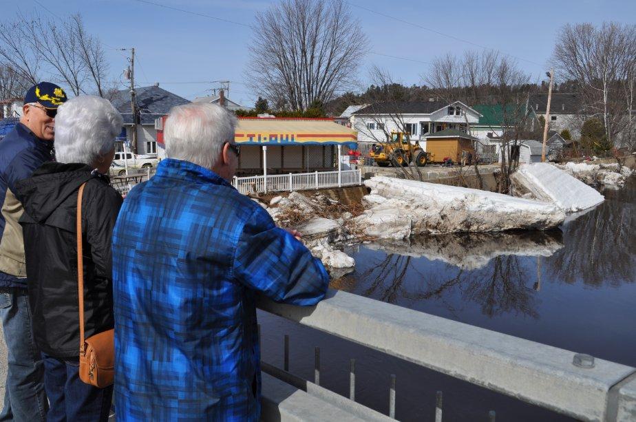 Des badauds regardent les travaux de ramassage et de nettoyage... | 2012-03-26 00:00:00.000