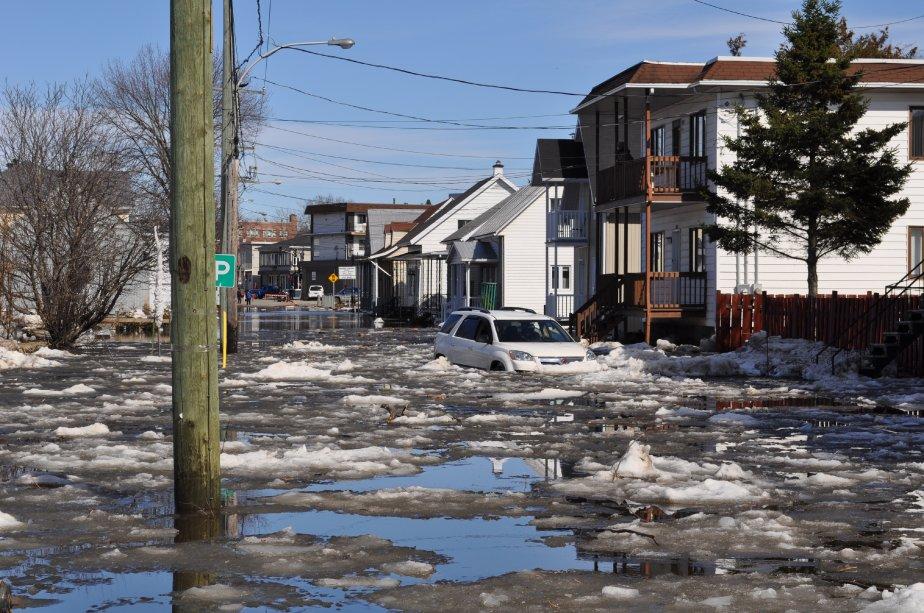 Une voiture est restée prisonnière de la rivière Sainte-Anne en crue. | 26 mars 2012