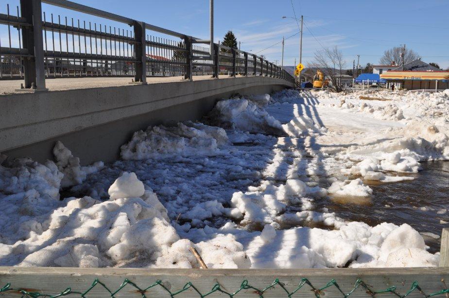 Les glaces qui se sont amassées sous le pont Chalifour et qui forment l?embâcle | 26 mars 2012