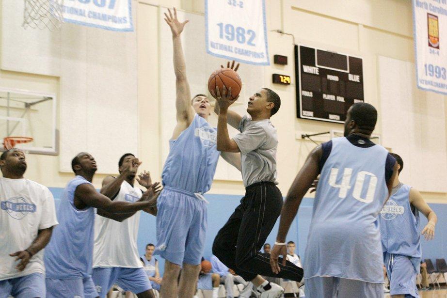 En plus de jouer lui-même au basketball (ci-dessus),... (Photo: Jae C. Hong, Archives AP)
