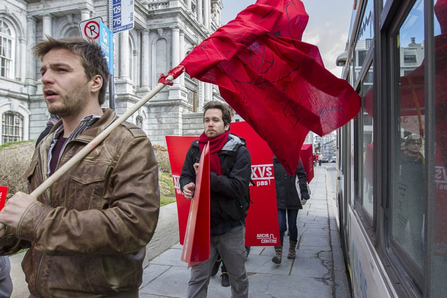Une manifestation étudiante devant l'hôtel de ville de... (Photo: Olivier Pontbriand, La Presse)