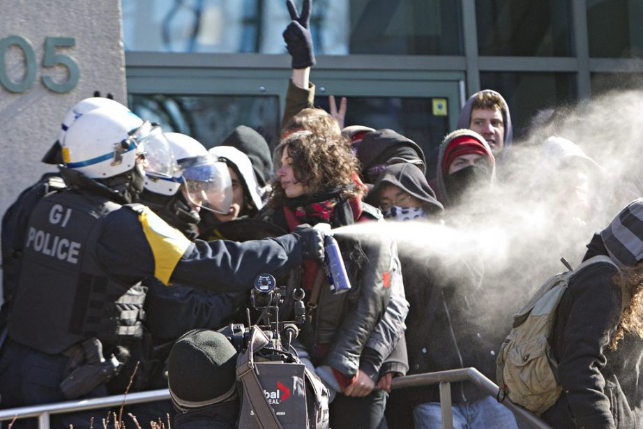 Des étudiants coriaces ont été aspergés de gaz irritant et certains ont reçu quelques coups de matraque. (Photo: Patrick Sanfaçon, La Presse)