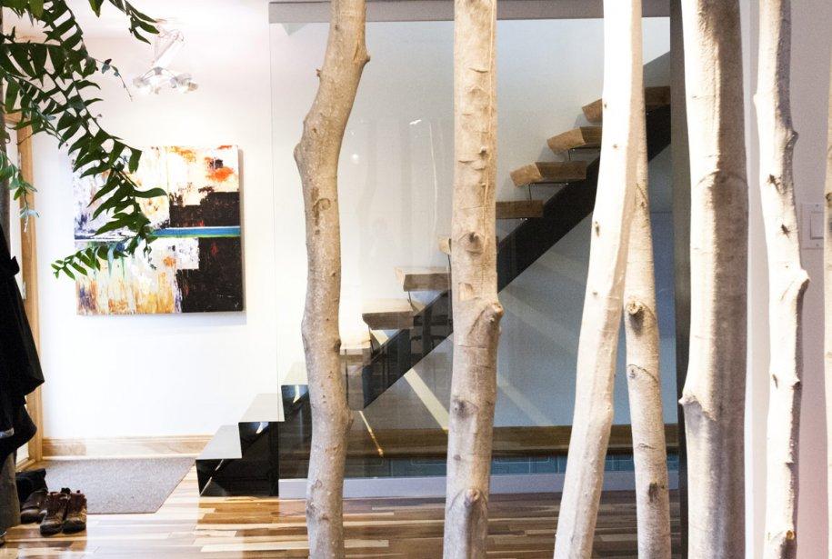 Les propriétaires ont taillé des ormes sur leur terrain à la campagne pour créer une division. L'escalier conçu par Éric Tremblay marie bois et métal. Le plancher est en guajuvira, aussi connu sous le nom de hickory brésilien. (Photo: Ninon Pednault, La Presse)