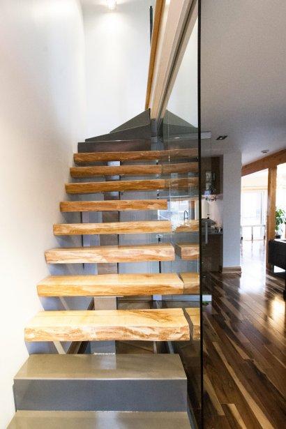escalier entre salle a manger ouverte sur captivant escalier entre cuisine et salon un. Black Bedroom Furniture Sets. Home Design Ideas