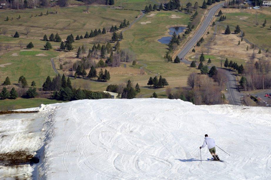 Un skieur solitaire dévale la poste Knowlton à... (Photo Bernard Brault, La Presse)