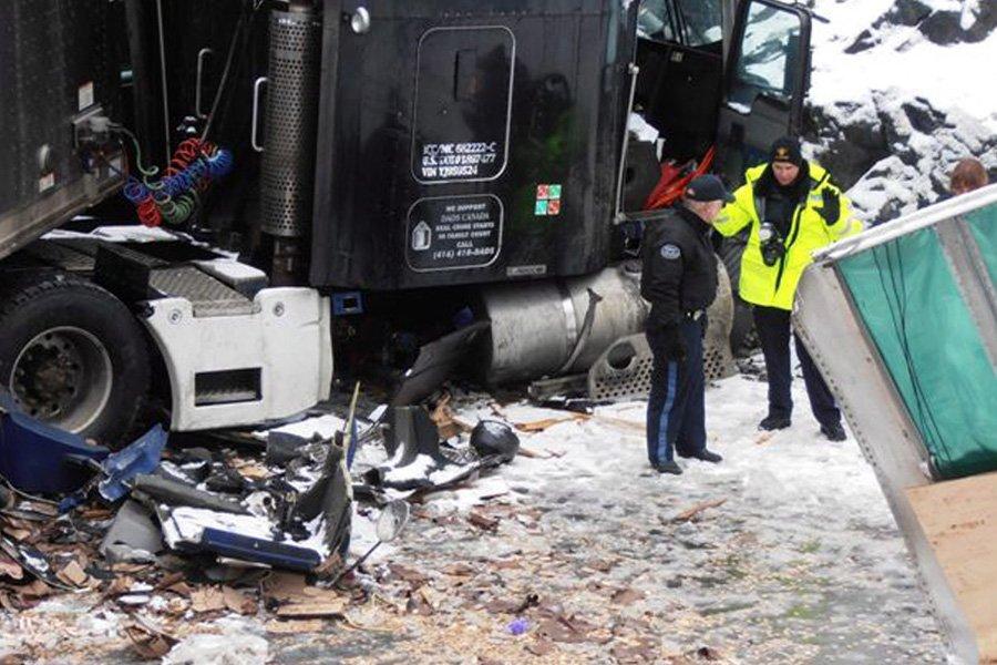 Un camion-remorque de la société de transport de... (Photo: PC/ fournie par la Police provinciale de l'Ontario)