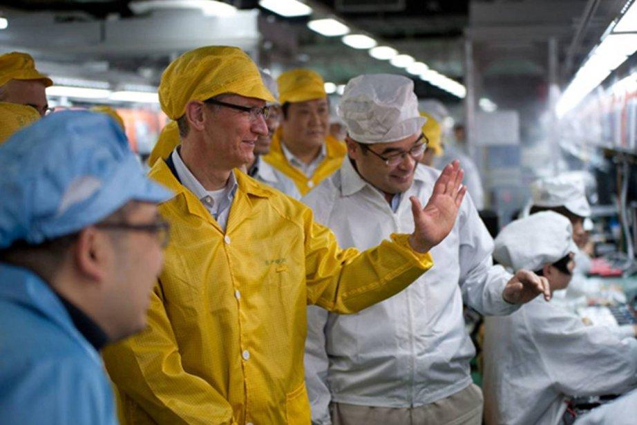 Tim Cook a visité l'usine du principal fournisseur... (Photo: AFP)