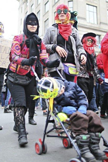 PHOTO  ANDRÉ PICHETTE, LA PRESSE.  Des étudiants manifestent contre la hausse des frais de scolarité. Ils s'adonnent aujourd'hui à une mascarade dans les rues du centre-ville: ils s'agit de 4 marches distinctes. Un jeune enfant dort dans sa poussette!  -30- (Photo: André Pichette, La Presse)