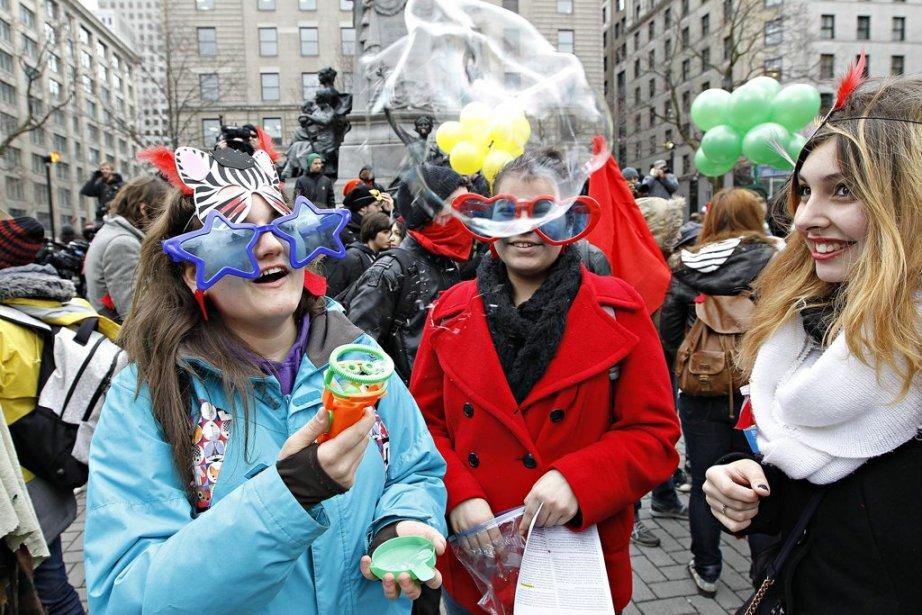 PHOTO ÉDOUARD PLANTE-FRÉCHETTE, LA PRESSE.  Des étudiants manifestent contre la hausse des frais de scolarité. Ils s'adonnent aujourd'hui à une mascarade dans les rues du centre-ville: ils s'agit de 4 marches distinctes.  -30- (Photo: Édouard Plante-Fréchette)