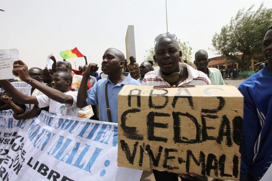 À Bamako, des dizaines de manifestants favorables à... (Photo: Luc Gnago, Reuters)